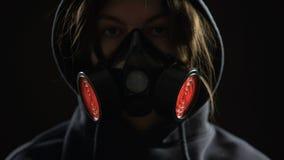 Γυναίκα που φορά την αναπνευστική συσκευή, που λάμπει ελαφρύ το συναγερμό στο υπόβαθρο, έννοια προστασίας απόθεμα βίντεο