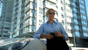 Γυναίκα που φωνάζει κοντά στις αυτοκινητικές, οικονομικές δυσκολίες, ανικανότητα να πληρωθεί το δάνειο αυτοκινήτων στοκ εικόνα