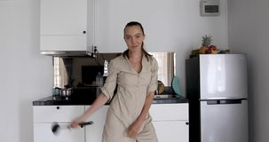 Γυναίκα που χορεύει στην κουζίνα απόθεμα βίντεο