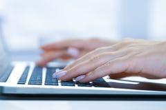 Γυναίκα που χρησιμοποιεί το lap-top, που ψάχνει τον Ιστό, κοιτάζοντας βιαστικά τις πληροφορίες, που έχουν εκλεκτής ποιότητας έννο στοκ φωτογραφίες με δικαίωμα ελεύθερης χρήσης