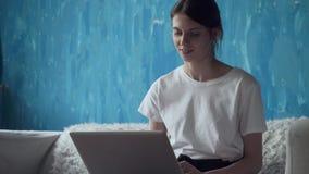 Γυναίκα Freelancer που εργάζεται στο lap-top στο σπίτι απόθεμα βίντεο