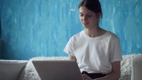 Γυναίκα Freelancer που εργάζεται στο lap-top στο σπίτι φιλμ μικρού μήκους