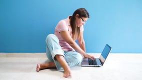 Γυναίκες που εργάζονται με το lap-top φιλμ μικρού μήκους