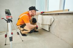 Εγκατάσταση windowsill από την τεχνητή πέτρα συσσωματωμάτων χαλαζία στοκ φωτογραφία με δικαίωμα ελεύθερης χρήσης