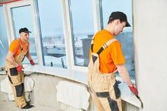 Εγκατάσταση windowsill από την τεχνητή πέτρα συσσωματωμάτων χαλαζία στοκ φωτογραφίες με δικαίωμα ελεύθερης χρήσης
