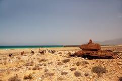 Εγκαταλειμμένη παλαιά σκουριασμένη δεξαμενή στην ακτή του νησιού στοκ εικόνα