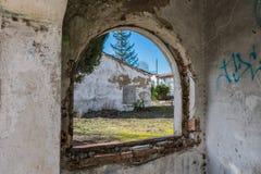 Εγκαταλειμμένο σπίτι τούβλου στις καταστροφές στοκ φωτογραφία με δικαίωμα ελεύθερης χρήσης