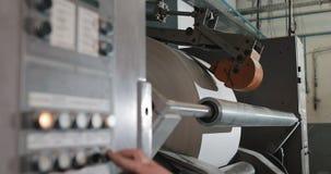 Εγκαταστάσεις στην παραγωγή της εφημερίδας Ο ρόλος μηχανών τυπωμένων υλών στην εφημερίδα αντιστάθμισε την παραγωγή τυπωμένων υλών απόθεμα βίντεο