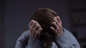 Εγκληματίας εφήβων που αισθάνεται την ένοχη λύπη για τη διάπραξη του εγκλήματος, δικαιοσύνη ανηλίκων απόθεμα βίντεο