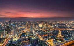 Εικονική παράσταση πόλης της ελαφριάς κυκλοφορίας με τον ουρανοξύστη και του ποταμού Chao Phraya στη μητρόπολη της Μπανγκόκ στοκ εικόνα με δικαίωμα ελεύθερης χρήσης