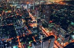 Εικονική παράσταση πόλης της ελαφριάς κυκλοφορίας με τον ουρανοξύστη στη μητρόπολη στοκ εικόνες