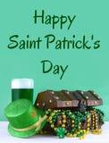 Εικόνα για την ημέρα Αγίου Πάτρικ στις 17 Μαρτίου Στήθος θησαυρών για να συμβολίσει την τύχη και τον πλούτο Κάθετη εικόνα στοκ φωτογραφίες