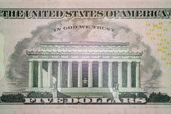 Εικόνα του μνημείου του Λίνκολν και η επιγραφή στο Θεό εμπιστευόμαστε τη μακροεντολή Μέρος ενός λογαριασμού πέντε ΗΠΑ δολαρίων στ στοκ εικόνες