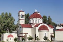 Εκκλησία σε Georgioupolis, Κρήτη, Ελλάδα δέντρο πεδίων στοκ εικόνες με δικαίωμα ελεύθερης χρήσης