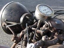 Εκλεκτής ποιότητας μοτοσικλέτα που στέκεται στο δρόμο Κινηματογράφηση σε πρώτο πλάνο του προβολέα και του ταχυμέτρου μοτοσικλετών στοκ φωτογραφία