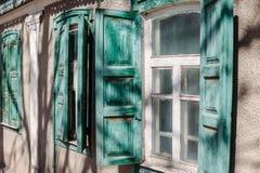 Εκλεκτής ποιότητας παλαιά ξύλινα ανοικτά παραθυρόφυλλα παραθύρων στοκ φωτογραφία