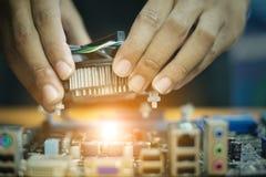 Εκμετάλλευση χεριών heatsink στη μητρική κάρτα στοκ φωτογραφίες με δικαίωμα ελεύθερης χρήσης