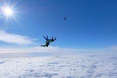 Ελεύθερη πτώση με αλεξίπτωτο σχηματισμού Το Skydivers είναι στο μπλε ουρανό στοκ εικόνες με δικαίωμα ελεύθερης χρήσης