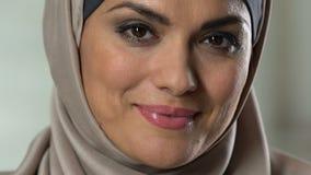 Ελκυστική αραβική γυναίκα στο headscarf που χαμογελά στη κάμερα, τέλεια σύνθεση, wellness απόθεμα βίντεο