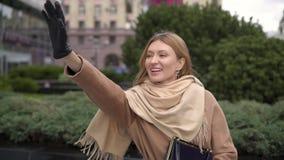 Ελκυστική ευτυχής παρατήρηση γυναικών που κυματίζει στο φίλο της απόθεμα βίντεο