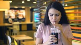 Ελκυστικός νέος χυμός κατανάλωσης γυναικών από το πλαστικό φλυτζάνι και χαμόγελο, μη αλκοολούχο ποτό φιλμ μικρού μήκους
