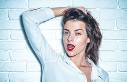 Ελκυστικό θηλυκό στο στούντιο προκλητικές νεολαίες γυναικών Κλείστε αυξημένος στοκ φωτογραφία με δικαίωμα ελεύθερης χρήσης