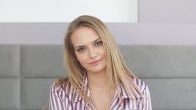 Ελκυστικό κορίτσι με τα όμορφα μπλε μάτια που εξετάζει τη κάμερα απόθεμα βίντεο