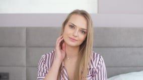 Ελκυστικό κορίτσι με τα όμορφα μπλε μάτια που εξετάζει τη κάμερα φιλμ μικρού μήκους