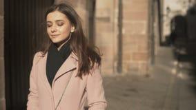 Ελκυστικό νέο θηλυκό που απολαμβάνει τον ευχάριστο περίπατο στην παλαιά πόλη και που χαμογελά, μοναξιά απόθεμα βίντεο