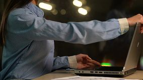 Ελκυστικό lap-top γυναικείου freelancer ανοίγματος και πρόγραμμα σπουδών εργασίας δακτυλογράφησης εύκαμπτο απόθεμα βίντεο