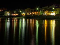 Ελληνική πόλη τουριστών τη νύχτα στο νησί Kefalonia στην ιόνια θάλασσα στην Ελλάδα στοκ εικόνες με δικαίωμα ελεύθερης χρήσης