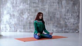 Ενάρξεις κοριτσιών στο meditate στο πάτωμα απόθεμα βίντεο