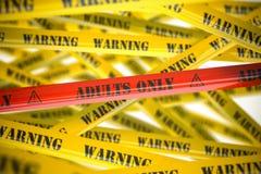 Ενήλικοι μόνο, κίτρινες και κόκκινες ταινίες προειδοποίησης με την επιγραφή στοκ εικόνες