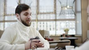 Ενήλικο άτομο που παρουσιάζει διαμορφωμένο καρδιά κιβώτιο στο girlfirnd του κατά τη διάρκεια του μεσημεριανού γεύματος σε έναν κα απόθεμα βίντεο