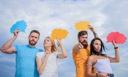 Ενίσχυση της επικοινωνίας στην ομάδα Ευχαρίστηση επικοινωνίας ομάδας Οι φίλοι στέλνουν τα μηνύματα στις κωμικές φυσαλίδες οι άνθρ στοκ φωτογραφία με δικαίωμα ελεύθερης χρήσης