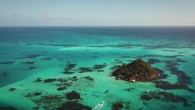 Εναέρια άποψη από έναν κηφήνα, που περιβάλλει γύρω από μια κοραλλιογενή νήσο στις Καραϊβικές Θάλασσες απόθεμα βίντεο