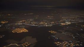 Εναέρια άποψη από το παράθυρο αεροπλάνων πέρα από τα φω'τα πόλεων του Λος Άντζελες στην προσέγγιση στην προσγείωση στον αερολιμέν φιλμ μικρού μήκους
