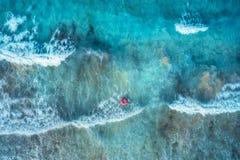 Εναέρια άποψη μιας κολυμπώντας γυναίκας στην μπλε θάλασσα με τα κύματα στοκ εικόνες με δικαίωμα ελεύθερης χρήσης