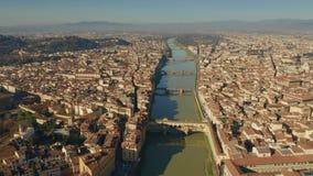 Εναέρια άποψη διάσημου Ponte Vecchio και άλλων γεφυρών πέρα από τον ποταμό Arno στη Φλωρεντία, Ιταλία στοκ εικόνες
