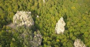Εναέρια άποψη στους βράχους Dovbush σε Bubnyshche, Καρπάθια βουνά, Ουκρανία φιλμ μικρού μήκους