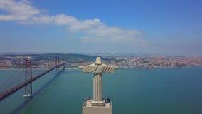 Εναέρια άποψη του αγάλματος Cristo Rei στη Αλμάντα, Λισσαβώνα Πορτογαλία απόθεμα βίντεο