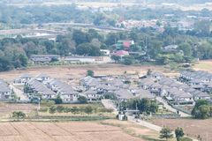 Εναέρια άποψη του σύγχρονου σπιτιού στο αστικό χωριό στοκ εικόνες