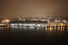 Εναέρια άποψη του σταθμού του Άμστερνταμ στη μέση της υδρονέφωσης που θολώνει ολόκληρο το βράδυ στοκ εικόνα