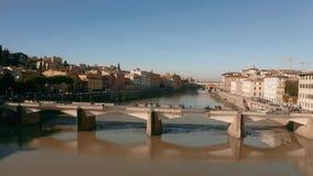 Εναέρια άποψη του ποταμού και των γεφυρών Arno στη Φλωρεντία Ιταλία στοκ εικόνες