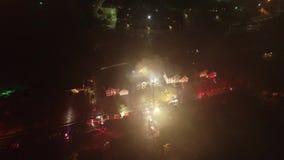 Εναέρια άποψη των πυροσβεστικών οχημάτων και των συσκευών στον τόπο διαδραματιζόμενων γεγονότων της πυρκαγιάς σπιτιών φιλμ μικρού μήκους