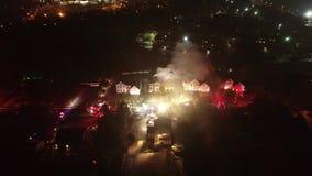 Εναέρια άποψη των πυροσβεστικών οχημάτων και των συσκευών στον τόπο διαδραματιζόμενων γεγονότων της πυρκαγιάς σπιτιών απόθεμα βίντεο