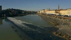 Εναέρια άποψη χαμηλού υψομέτρου του ποταμού Arno στην ηλιόλουστη ημέρα της Φλωρεντίας OA Ιταλία Τοσκάνη στοκ φωτογραφίες με δικαίωμα ελεύθερης χρήσης