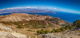 Εναέρια άποψη πέρα από τα βουνά στον αγροτικό δρόμο στοκ φωτογραφία με δικαίωμα ελεύθερης χρήσης
