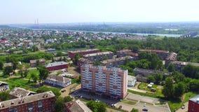 Εναέρια άποψη που πυροβολεί multi-storey νέο σπιτιών που χτίζεται πρόσφατα απόθεμα βίντεο
