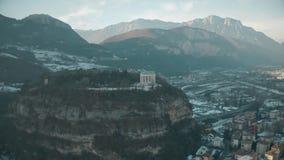 Εναέρια άποψη Doss Trento, ένα σημαντικό ιστορικό ορόσημο Trento, Ιταλία απόθεμα βίντεο